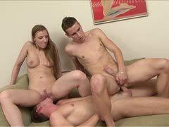 Drei Kerle ein Mädchen bisexuell